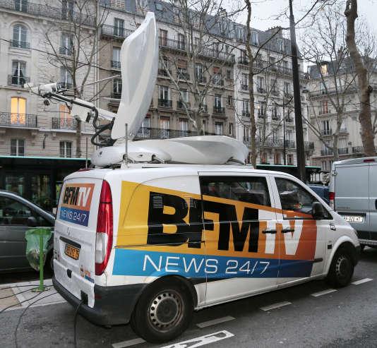 Une camionnette de BFM TV en reportage dans Paris.