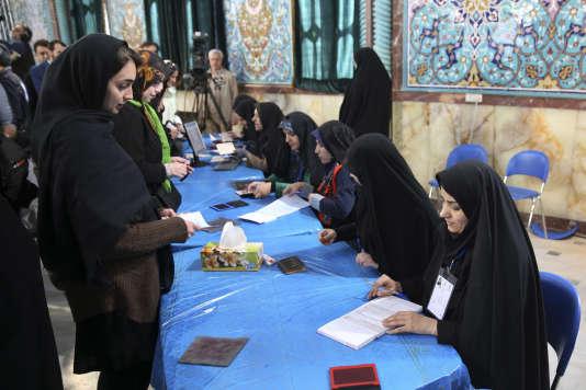 Electeurs en Iran, vendredi 26 février 2016 à Téhéran.