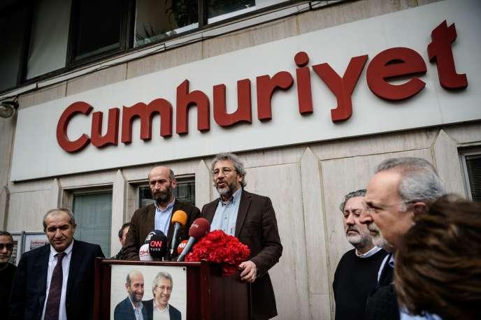 Les journalistes du quotidien d'opposition turc Cumhuriyet, Can Dündar (à droite) et Erdem Gül, après leur libération de prison le 26 février 2016.