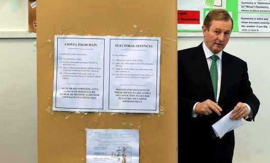Le premier ministre irlandais et leader du parti Fine Gael, Enda Kenny, lors de son vote dans le cadre des élections législatives à Castlebar, dans l'ouest du pays, le 26 février.