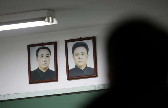 Portraits de Kim Il-sung (à gauche) et de son fils, Kim Jong-il.