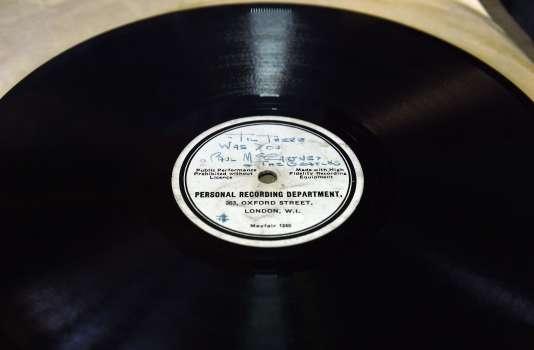 Le disque présenté à Warrington, dans le nord-est de l'Angleterre, le 26 février.