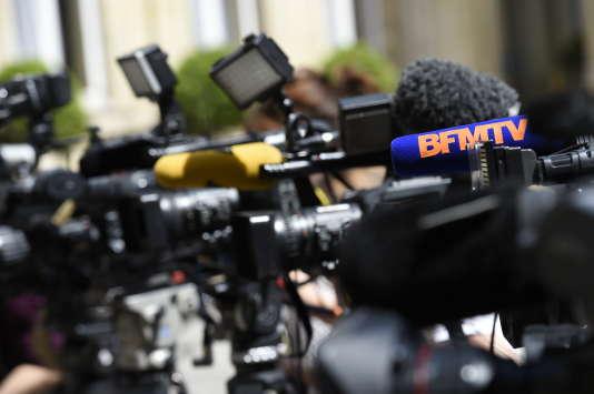 Caméras des chaînes d'information lors d'un point presse au ministère de l'intérieur en juin 2015.