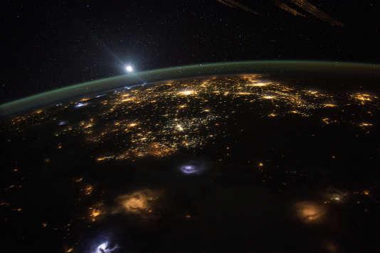 Un lever de soleil depuis la Station spatiale internationale, le10 août 2015.