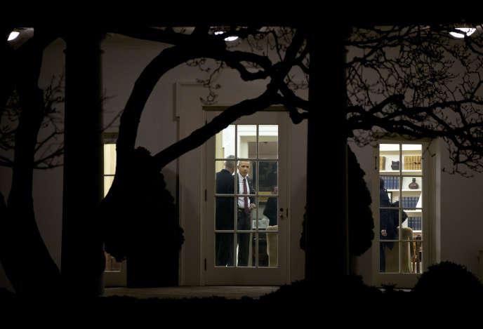 Le président américain, Barack Obama, avec son conseiller  Denis McDonough dans le bureau Ovale, le 25 février 2016.