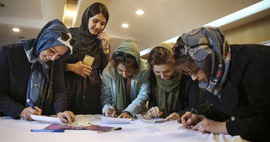 Dans un bureau de vote à Téhéran, le 26 février.