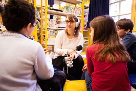 """Estelle Faure, journaliste pour """"France Info Junior"""", rencontre des élèves de l'école Victor-Cousin à Paris."""