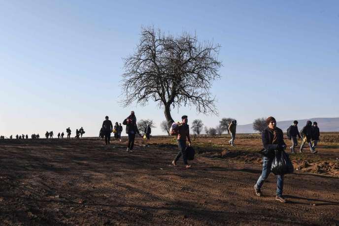 Des migrants marchent près du village de Miratovac, en Serbie, juste après avoir traversé la frontière avec la Macédoine, le 30 janvier 2016.