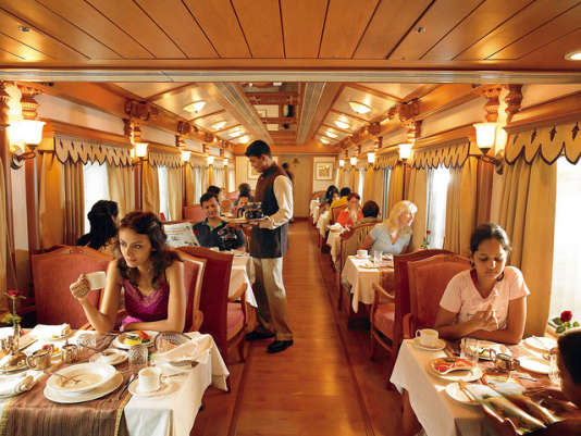 Service raffiné à l'anglaise, à bord du Golden Chariot train