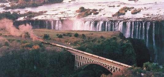 Le train traverse des paysages époustouflants, comme les chutes Victoria