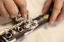 Essuyage des clés d'une clarinette dans les ateliers Buffet-Crampon de Mantes-la-Ville.