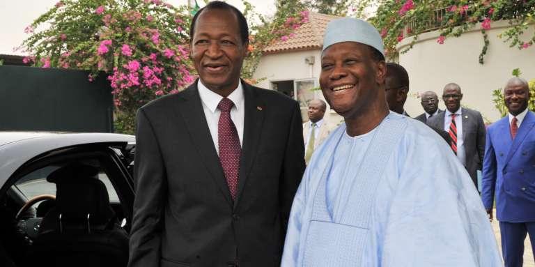 L'ancien président burkinabé Blaise Compaoré (gauche) et le président ivoirien Alassane Ouattara (droite), le 4 mars 2014 à Abidjan.
