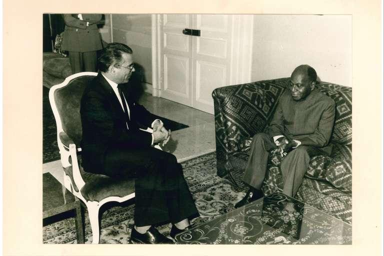 Le premier président ivoirien Félix Houphouët recevant un responsable de l'AFD.