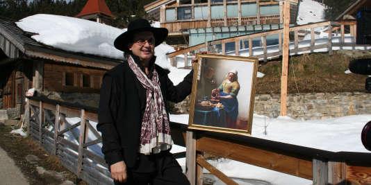 """Marc Veyrat avec une reproduction le tableau """"La laitière"""" de Johannes Vermeer. Ses invités partagent un petit déjeuner d'anthologie dans un chalet, en dissertant sur la symbolique du lait et ses divers emplois."""