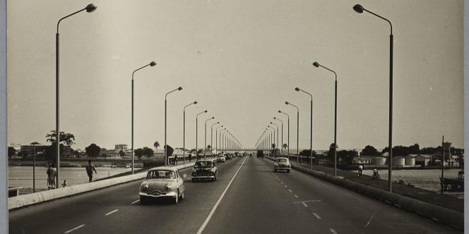Pont autoroutier à Abidjan en 1958.