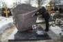 Une militante de l'opposition accroche un drapeau russe à la pierre tombale de Boris Nemtsov, à Moscou, le 20 février.