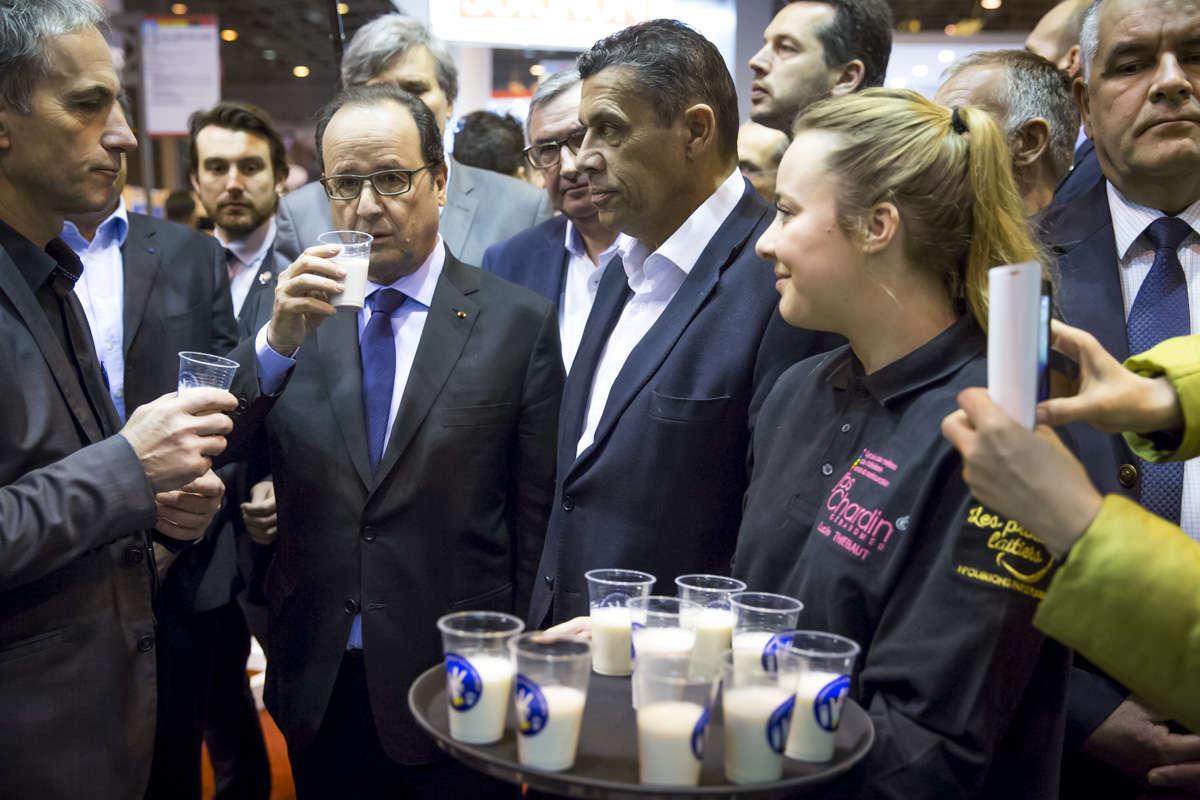 François Hollande a rappelé les mesures gouvernementales pour aider les éleveurs en difficulté et redemandé aux groupes de distribution, dont les négociations tarifaires annuelles avec leurs fournisseurs s'achèvent dans deux jours, de «faire un effort de solidarité».