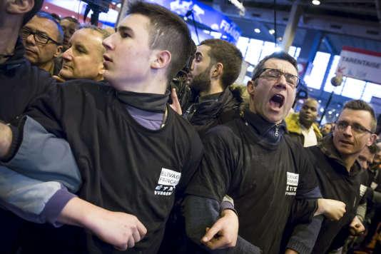 Les éleveurs manifestent lors de la visite de François Hollande, président de la République, au Salon international de l'agriculture à la porte de Versailles à Paris, vendredi 5 février 2016.