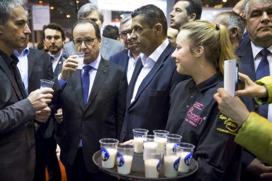 François Hollande, président de la République, visite le Salon international de l'agriculture avec Xavier Belin, président de la FNSEA, à la porte de Versailles à Paris, vendredi 5 février 2016.