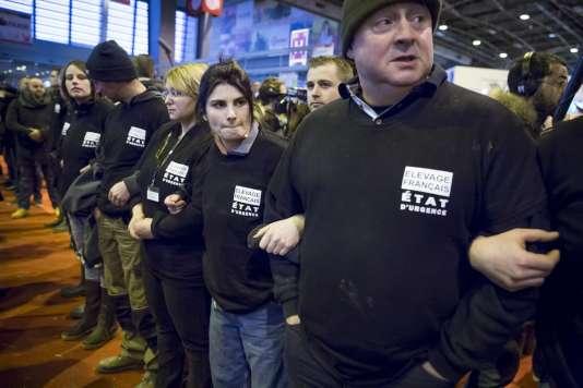 Le chef de l'Etat dans les allées du salon s'est fait siffler par une quarantaine de jeunes agriculteurs, revêtus pour certains de t-shirts noirs marqués «Je suis éleveur je meurs», qui scandaient «démission»