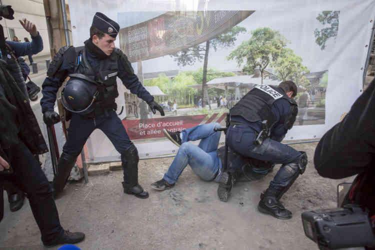 Un agriculteur manifestant a ensuite été interpellé par les forces de l'ordre mais a été remis en liberté après un contrôle d'identité.