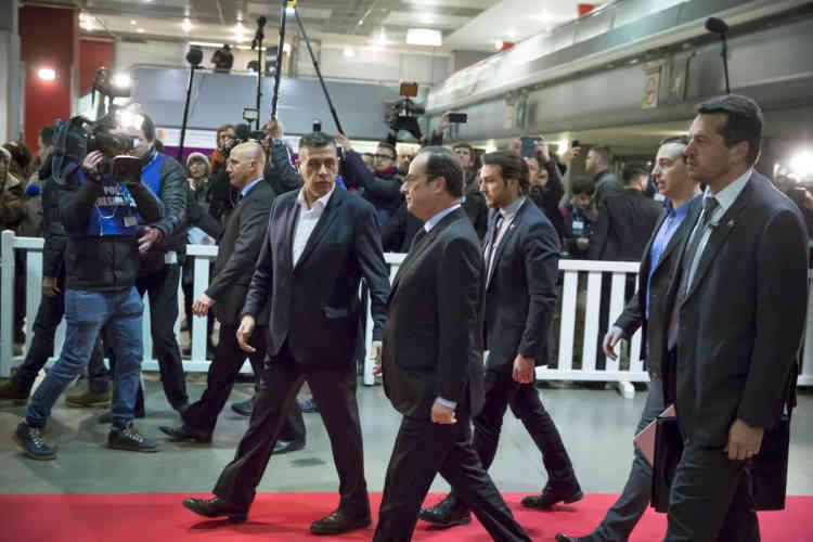 François Hollande a été hué et insulté par des éleveurs peu après son arrivée.