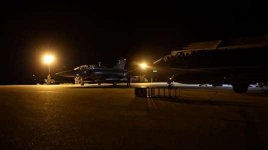 """Mirage 2000 de l'opération """"Chammal"""" sur le tarmac, en février 2016."""