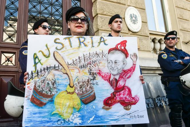Devant l'ambassade d'Autriche à Athènes, le 27février.