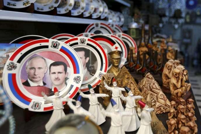 Des assiettes décorées de portraits de Vladimir Poutine et Bachar El-Assad en vente dans un magasin de Damas le 8 février 2016.