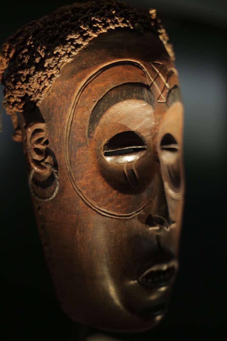 """Masque """"Lwena"""" Pwo, datant du début du XXe siecle. Hauteur : 27 cm"""