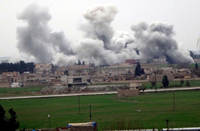 Des fumées s'élèvent de la ville syrienne de Tell Abyad durant les combats opposants des membres des Unités de protection du peuple (YPG) aux combattants de l'EI. Le 27 février 2016.