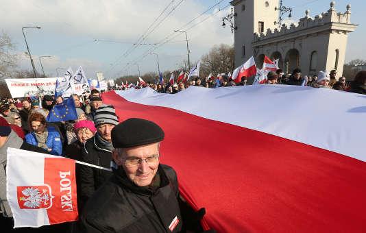 Samedi 27 février, 80 000 personnes ont manifesté à Varsovie (Pologne), en soutien à Lech Walesa.