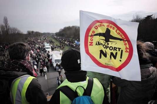 Pour la première fois depuis l'annonce par François Hollande d'un référendum local, dont les contours restent flous, plus de 15 000 personnes se sont réunis sur le site du projet de l'aéroport.