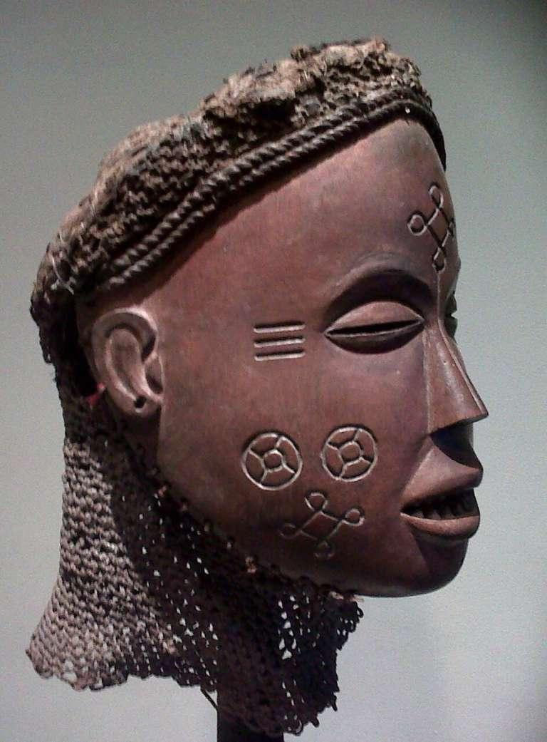 Masque représentant une femme de l'ethnie tchokwe, datant du début du XXe siècle. Hauteur : 22 cm.