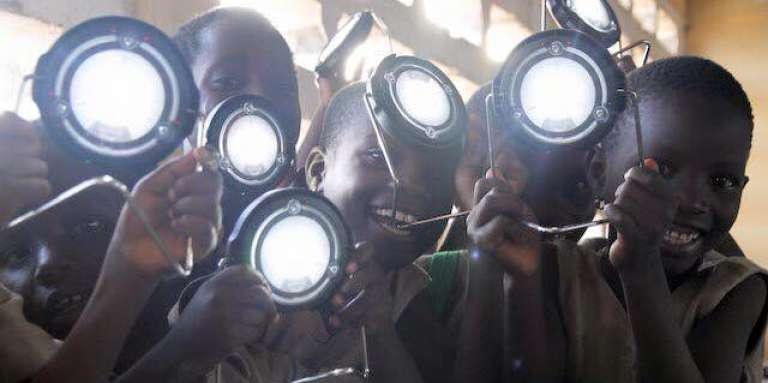 Le programme Lumière pour tous a permis, depuis sa phase expérimentale en novembre 2015, de distribuer des lampes solaires à 1 200 écoliers au Bénin.