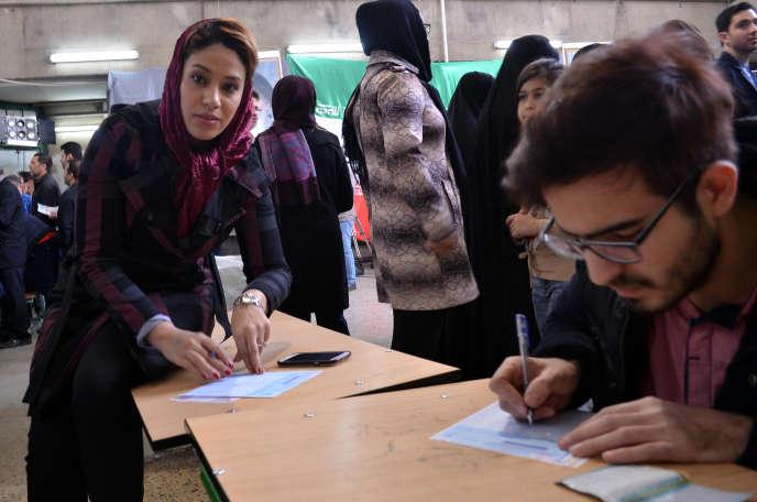 Dans le bureau de vote au sud de Teheran, les électeurs inscrivent leur liste de candidat. le 26 février.