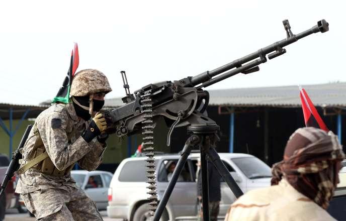 Un membre d'«Aube de la Libye» (Fajr Libya), une coalition basée à Tripoli autour de forces islamistes et de la ville marchande de Misrata, lors d'une parade militaire après des combats l'organisation Etat islamique (EI), dans la cité de Sabratha, à l'ouest de la capitale Tripoli, le dimanche 28 février.