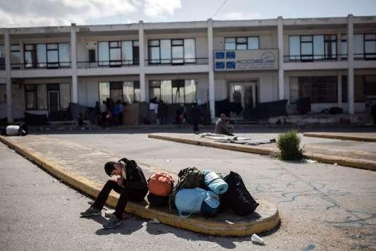 Un réfugié dans la cour de l'ancien aéroport international d'Athènes, le 28 février.