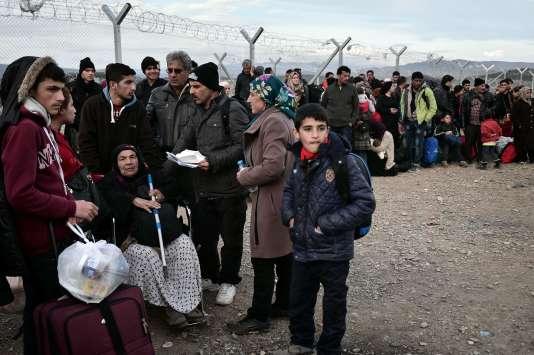 Des migrants à Idomeni, en Grèce, à la frontière avec la Macédoine, le 27février.
