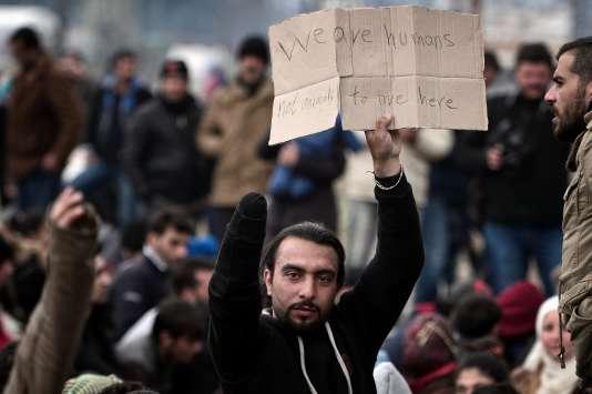 Des migrants massés à la frontière gréco-macédonienne dans l'attente d'un passage.