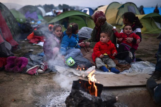 Des migrants dans un camp de fortune près d'Idomeni, en Grèce, le 28février.