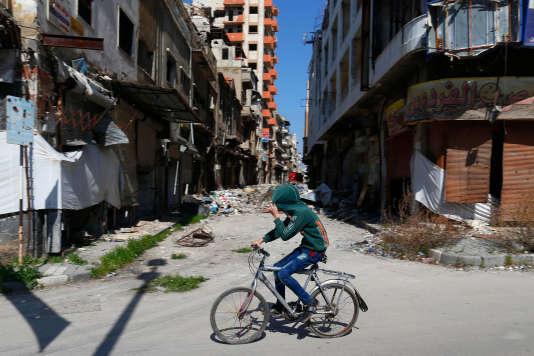 Un garçon syrien traverse un quartier dévasté de la vieille ville de Homs, en Syrie, le26février 2016.