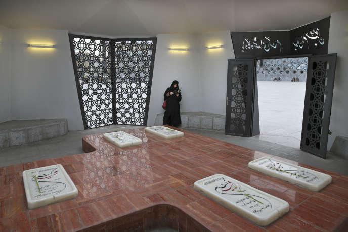 Une femme prie sur les tombes des soldats inconnus morts pendant la guerre Irak-Iran, à Téhéran, le 28 février 2016.