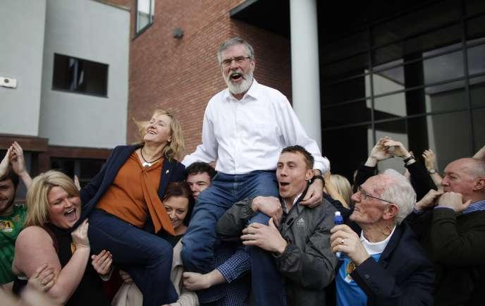 Gerry Adams, le leader du Sinn Fein, célèbre les résultats de son parti à Dundalk, le 28 février.