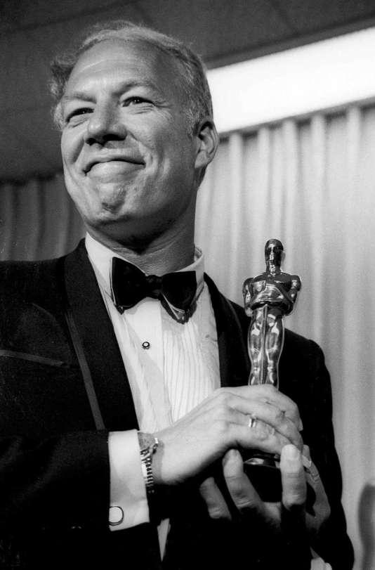 George Kennedy avec son Oscar, en avril 1968.