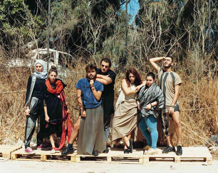 Plusieurs étudiants de Creative Space Beirut (CSB) , l'école de mode ouverte il y a deux ans dans le quartier branché de Mar Mikhael et dont la formation est gratuite. Pour cette photo, les jeunes se sont habillés avec les créations des uns et des autres.