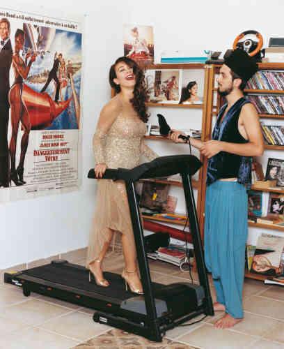 La chanteuse Aziza pose ici chez elle, en compagnie du producteur Sami coiffé du tarbouch, le chapeau traditionnel libanais. « Nous avons joué avec le cliché de la chanteuse arabe, dont les affiches envahissent les rues de Beyrouth : toujours très maquillée, habillée de robes à paillettes et chaussée de hauts talons », décrypte la styliste Emilie Kareh.