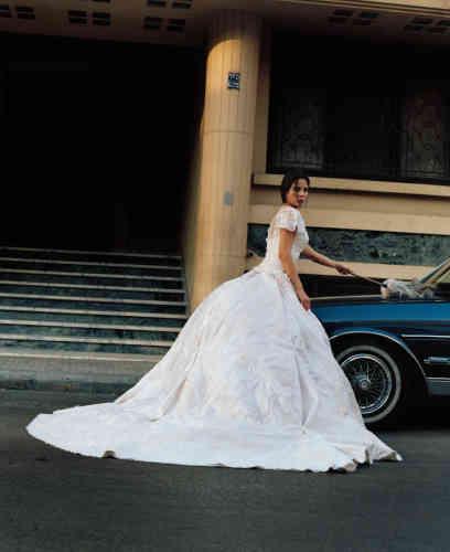 La comédienne Christina Sadeh a revêtu une robe de mariée du créateur Hass Idriss. « Cette robe meringue, dont le volume est accentué par une personne cachée sous la robe, ainsi que la position de l'actrice avec un plumeau est une sorte de satire du mariage, sacré au Liban, mais aussi de son côté Hollywood », affirme Emilie Kareh.