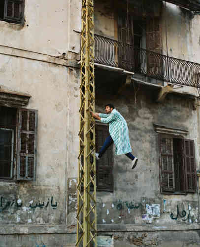 Carlo Massoud, créateur excentrique, qui pose accroché à un immeuble en ruines du quartier Clemenceau, ne conçoit pas seulement des objets. Il questionne aussi la société à travers ses oeuvres. Ses poupées en céramique ou Arab Dolls, qui représentent les femmes musulmanes, ont été exposées en mars 2015 à l'Armory Show de New York.