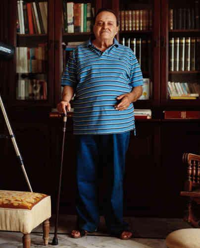 Georges Daou, ancien avocat, père de Junior Daou, se tient devant la bibliothèque, seul vestige de son prestigieux cabinet d'avocats pillé pendant la guerre. « Il a toujours été un militant et a œuvré toute sa vie pour le bien public. Avant lui, son père était député de Batroun et a contribué à l'indépendance du Liban en 1943. Notre famille a donc toujours été socialement active », confie son fils.